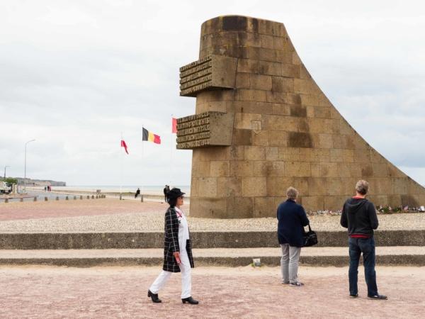 Památník před pláží Omaha.
