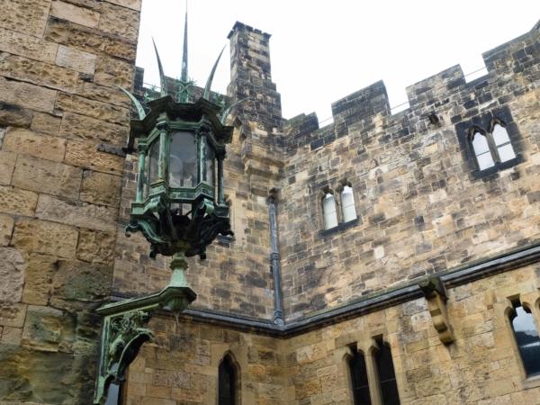 Pohled z nádvoří na křídlo hradu, kde rodina Percy normálně bydlí...