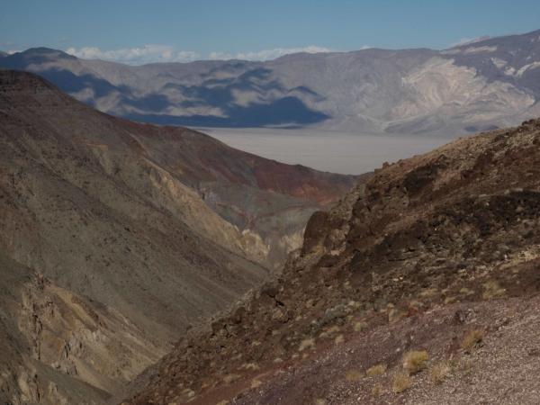 Údolí smrti se rozkládá pod nám o cca 600 m níže.
