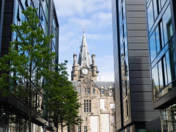 Symbióza moderní a středověké architektury.