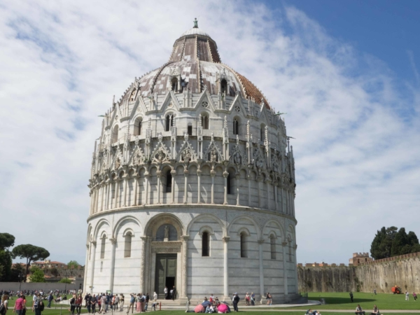 A ještě je na náměstí zázrakú Babptisterium.