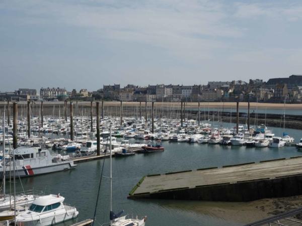 Pohled na marínu v Saint Malo a v pozadí staré město.