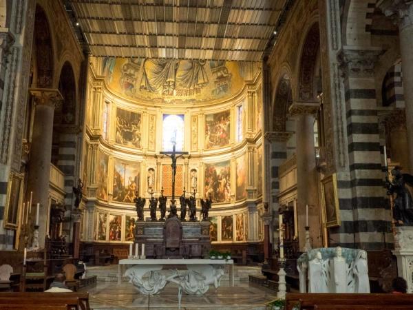 Uvnitř Doumo di Pisa.