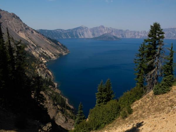 Průzračné vody jezera a v pozadí ostrov Wizard.