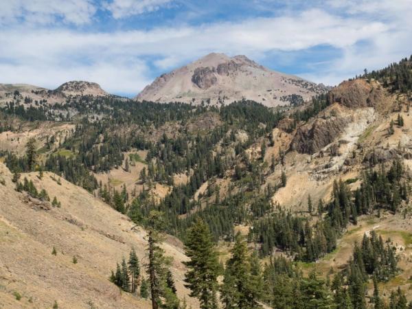 Mount Lassen - tyčí se do výšky 3187 m.