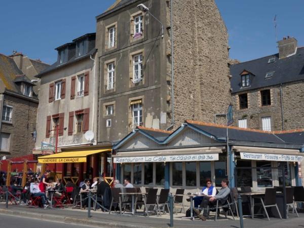 Restaurace a kavárny na nábřeží.