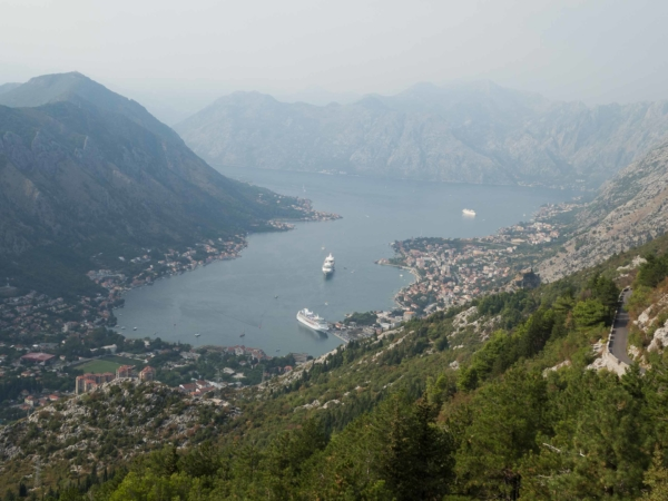 Výhled na Kotorský záliv ze serpentin před NP Lovčen.