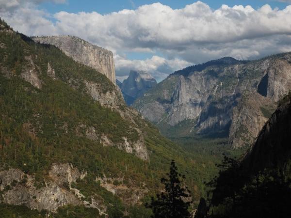 Pohled na Yosemitské údolí, v pozadí Half Dome.