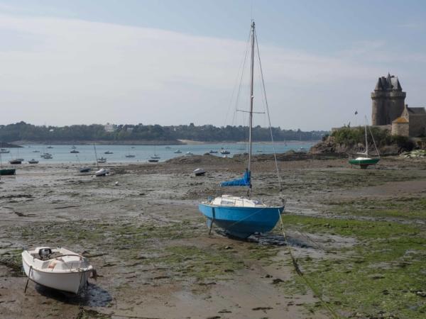 Záliv v Saint Malo při odlivu.