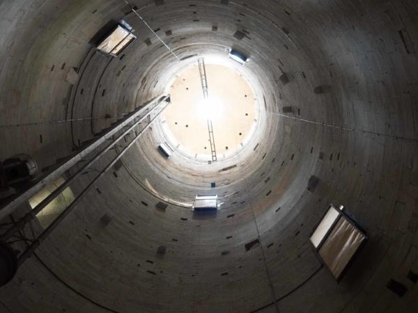 Uvnitř Šikmé věže - výztuha je kolmo, věž šikmo...