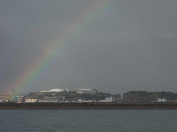 Připlouváme na Jersey - je po dešti.