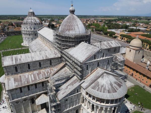 Pohled z vrcholku Šikmé věže na Duomo a Babtisterium.