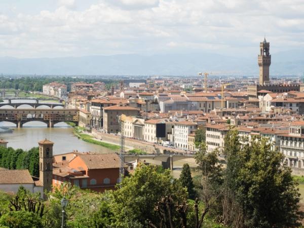 Pohled na řeku Arno s mostem Vecchio a radnici.