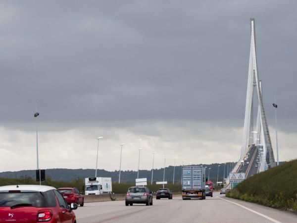 A toto je ten druhý most pře Seinu - Normandský most. Platí se mýto.