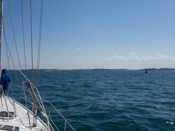 Z plavby - už se blížíme domů - pevnina - Saint Malo na obzoru.