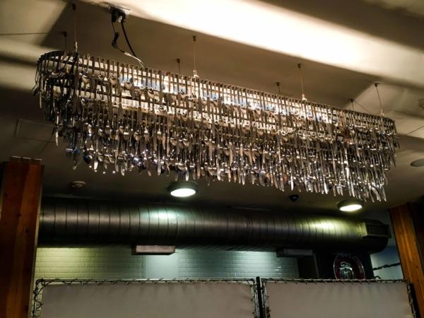 Příborový lustr - kavárna ve Snowmass.