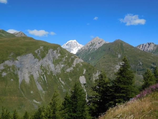 Vyrazili jsme z italské Aosty směr Francie. V pozadí masiv Mont Blancu.