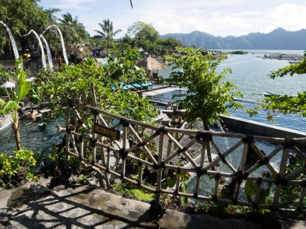 Termální lázně u jezera Batur.