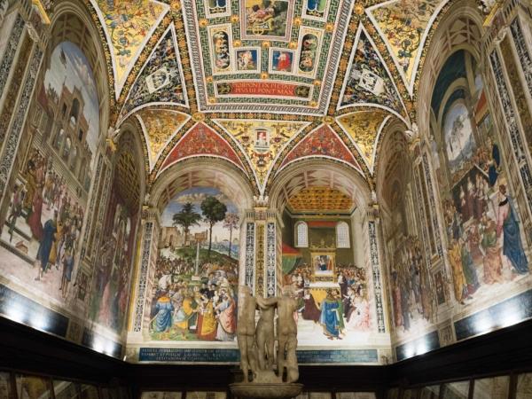 Knihovna Piccolomini uvnitř katedrály