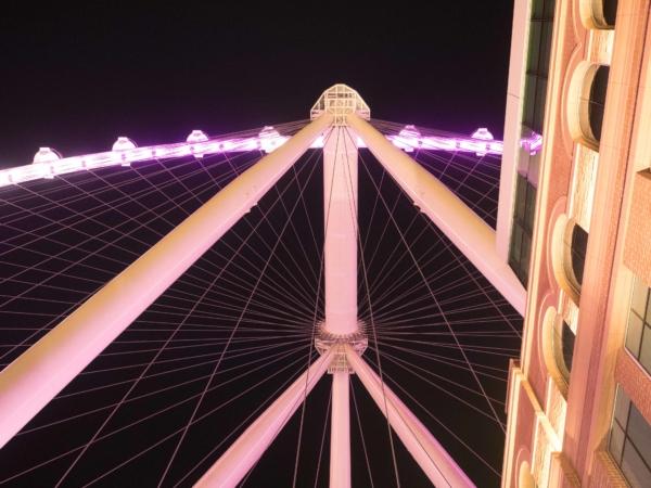 Osvětlený High Roller.
