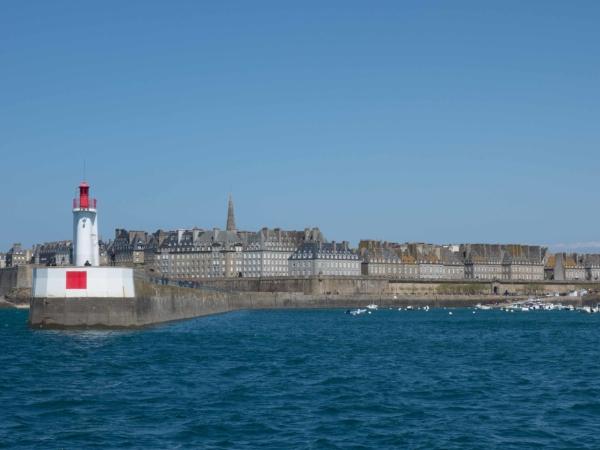 Červený maják nám říká, že vjíždíme do přístavu.