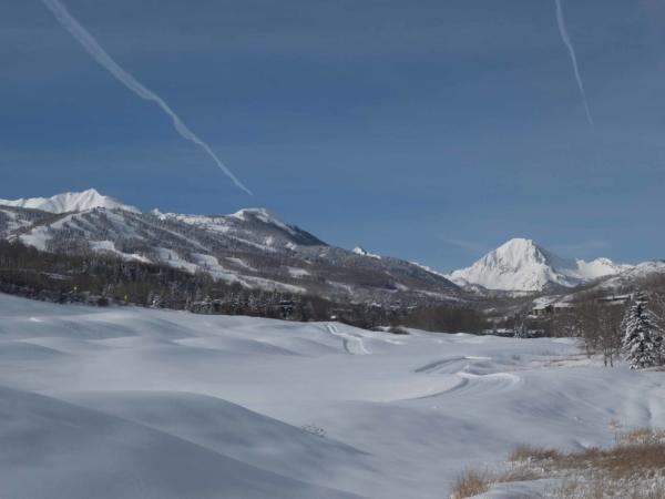 Pohled z terasy našeho apartmánu směrem k lyžařskému areálu Snowmass.