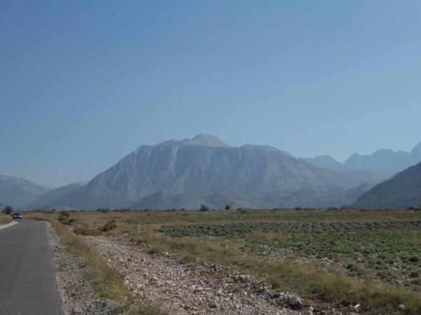 Cesta z Kopliku do NP Prokletie, na jejímž konci je vesnička Teth.