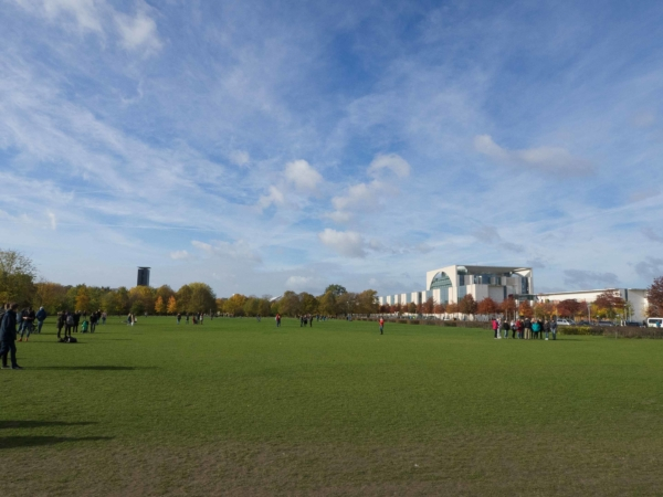 Pohled od Reichtagu na park Tiergarten.
