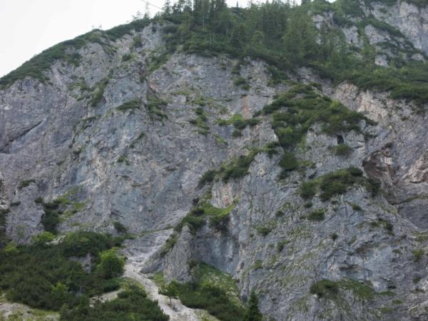Pohled na stěnu, kterou je ferata vedena.