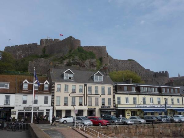 Přístav Gorey a nad ním tyčící se hrad Mont Orgueil
