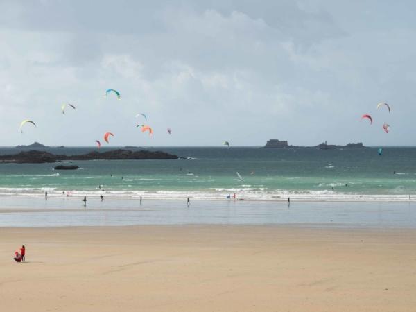 Saint-Malo pláž u nábřeží. Fouká...