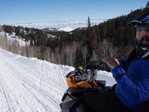 Na cestě k Bear Lake - medvědímu jezeru. Na sněžných skútrech.