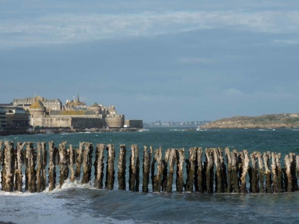 Pohled k pevnosti a starému městu v Saint-Malo.