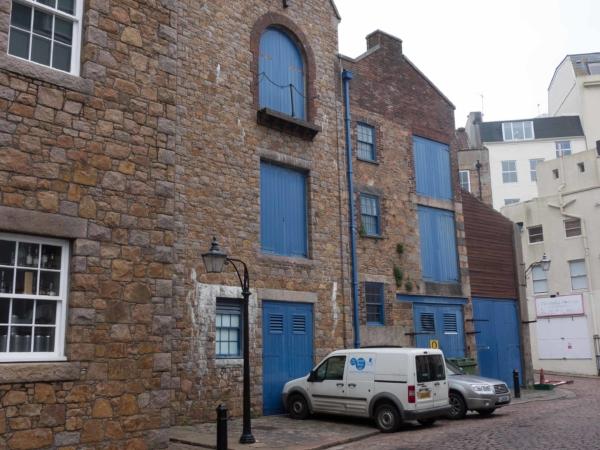 Typické domy a modré okenice a dveře.