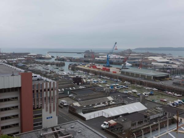 Pohled na přístav a maríny v St Helier.