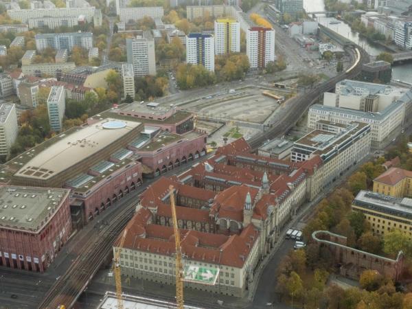 Nákupní galerie a městský úřad.