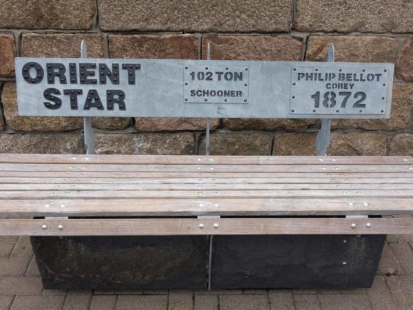 Sympatické památeční lavičky na nábřeží.