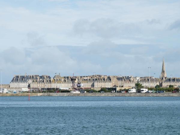 Celkový pohled na staré město v Saint-Malo.