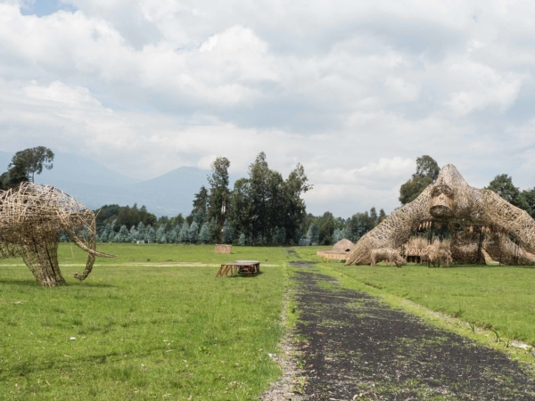 Už ve Rwandě. Bambusové sochy - NP Volcanos -  Headquarter.