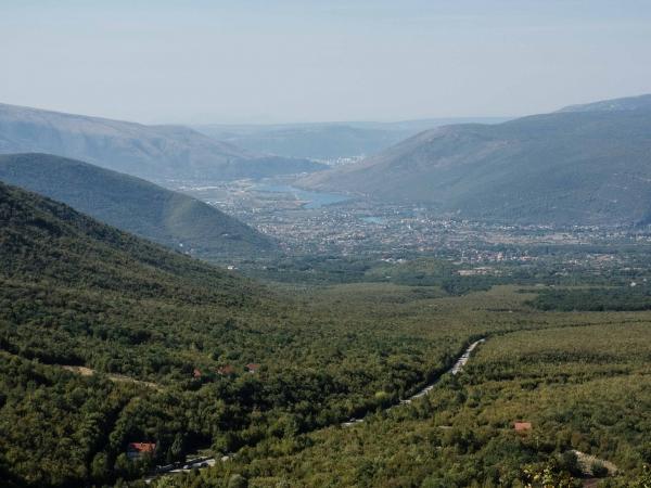Pohled směrem k Mostaru. Naše další cesta nás vede k Boračko jezeru.