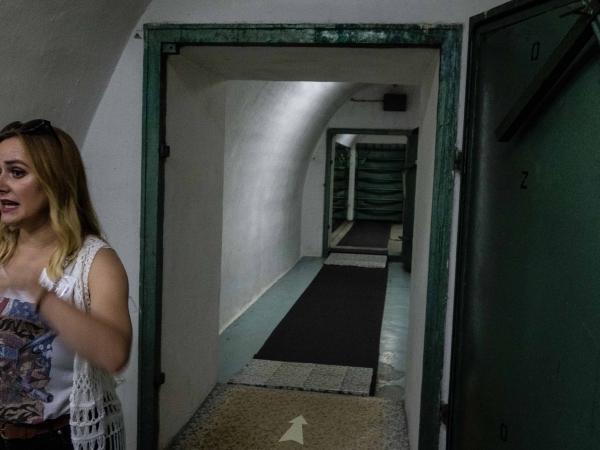Naše průvodkyně v Titově bunkru.