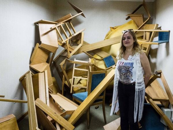 To není rozbitý nábytek. To je umělecká instalace...