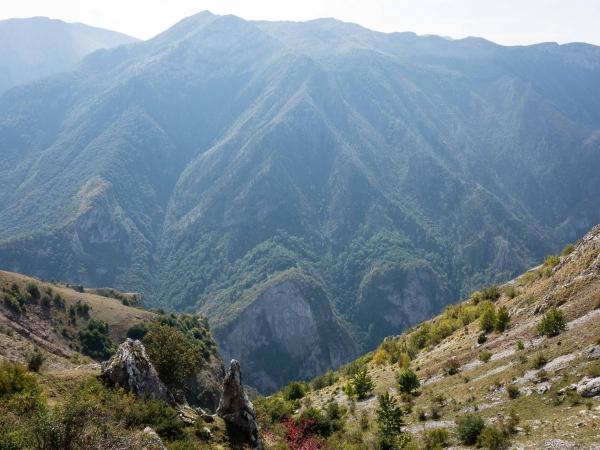 Pohled z vesnice do strmého údolí. strmého údolí.