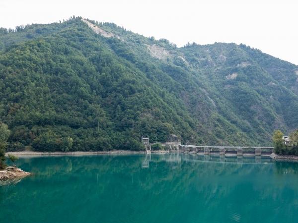 Přehrada na řece Neretvě - čistá voda a krásná barva.