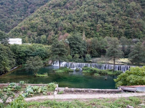 Další vodopád u města Jajce na Plivském jezeře.