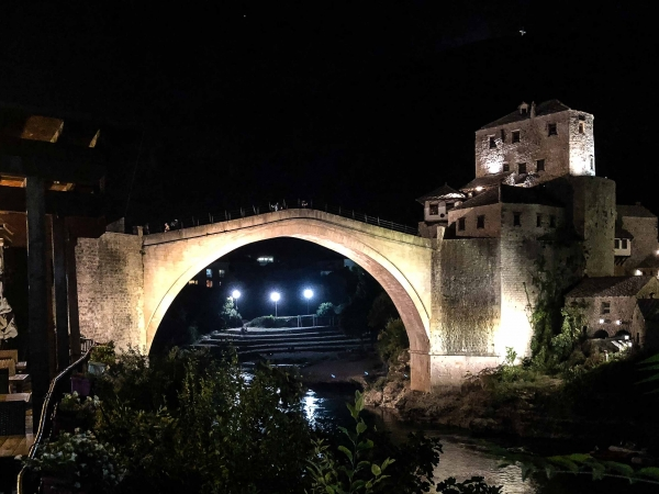 Nový Starý most v Mostaru. Ten původní vyhodili povstalci v r. 1993.