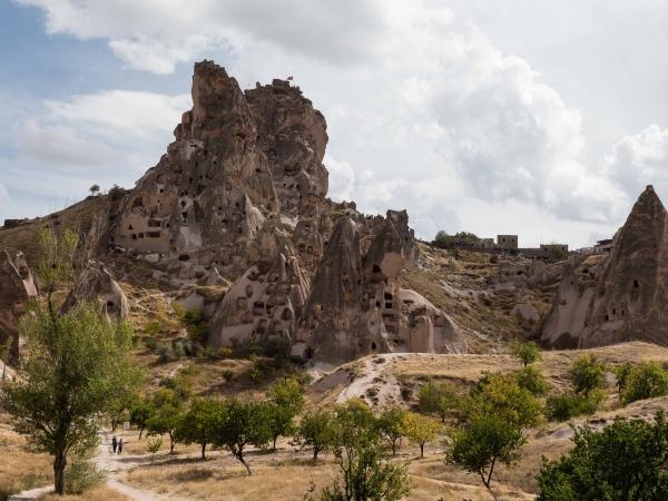 Pohled na hrad v Uchisaru z podhradí.