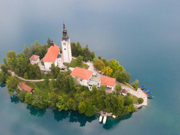 Ostrůvek v Bledském jezeře. Na ostrůvku kostel Nanebevzetí Panny Marie.