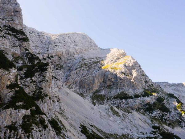 Cestou na Malou Mojstrovku (2332m). Vychází se ze sedla Vršič (1611m).
