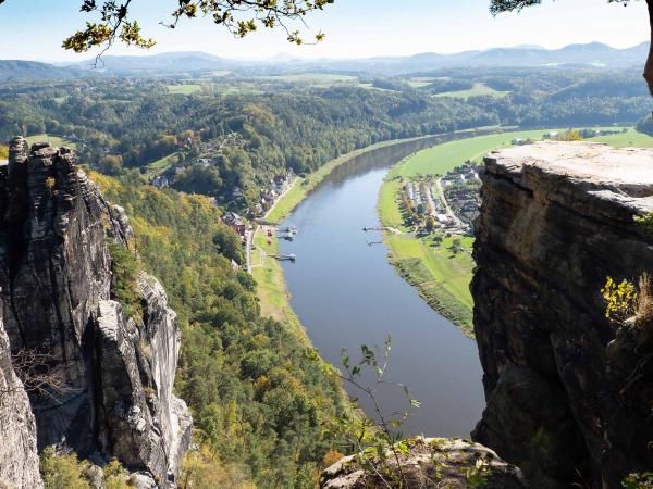 Vyhlídka na Labe na skalním útvaru Bastei v Saském Švýcarsku.